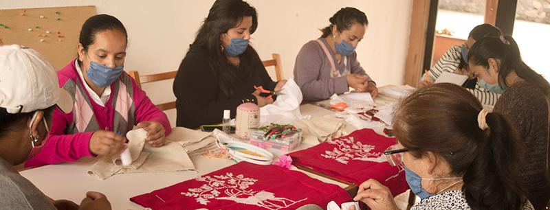 artesanos mexicanos trabajando juntos