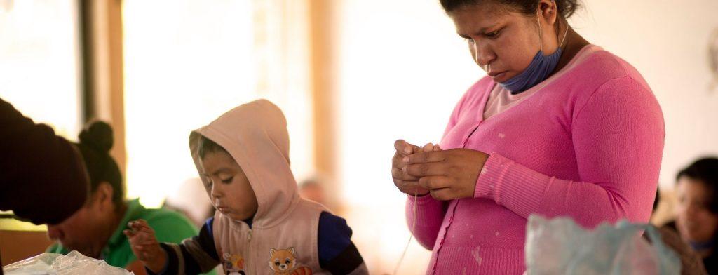 madre recibiendo los talleres de capacitación
